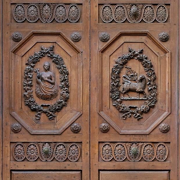 100% proof (1500px) ... & Door photo 037: Historic Italian wooden carved door - Square Texture